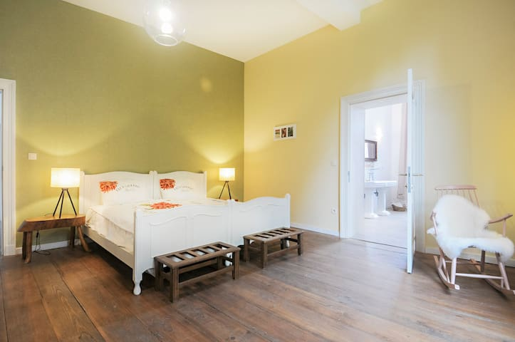 Charming room in ancient monastary - Ellezelles - Bed & Breakfast