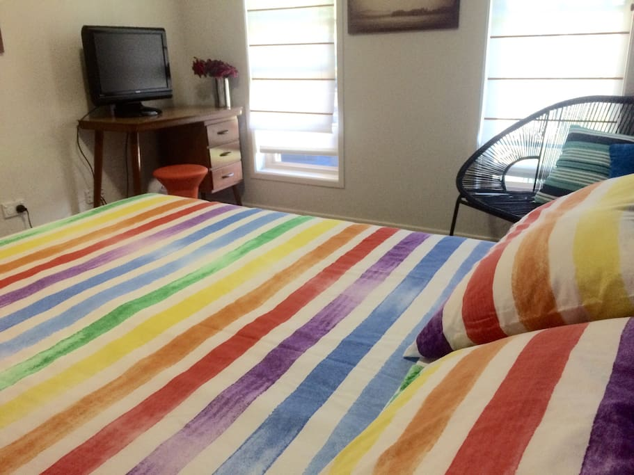 Queen sized bed & and the room with an additional beach towels & television with Australia local channels.