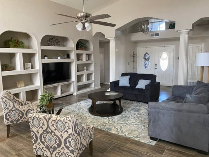 Casa Loma Verde, spacious home in great location!