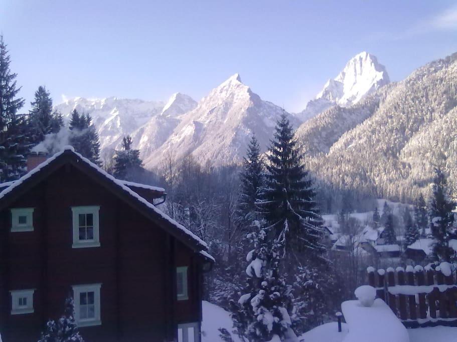 Holzhaus Rückseite mit Bergblick im Winter