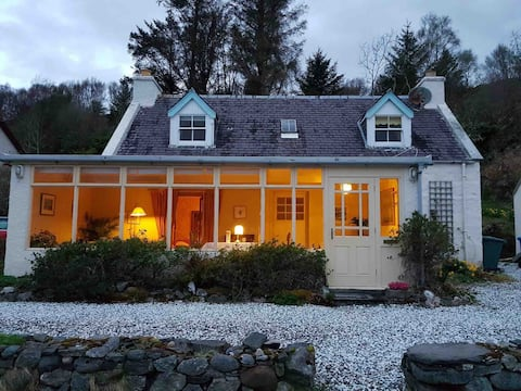 Camuslongart Cottage (road-end by the shore)