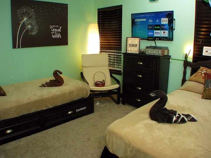 2 Twin Beds in Modern Room (Hot Tub Open All Year)