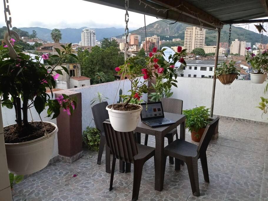 La terraza es el alma del apartamento, puedes sentarte a contemplar el atardecer y las aves con una taza de café o descansar en la hamaca y disfrutar de la rica brisa
