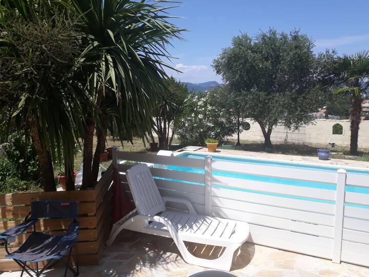 Petit nid dans belle villa avec piscine
