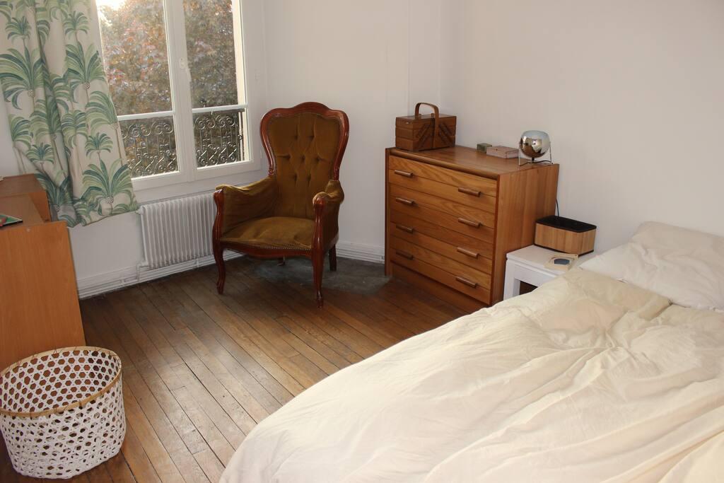la chambre et son lit confortable