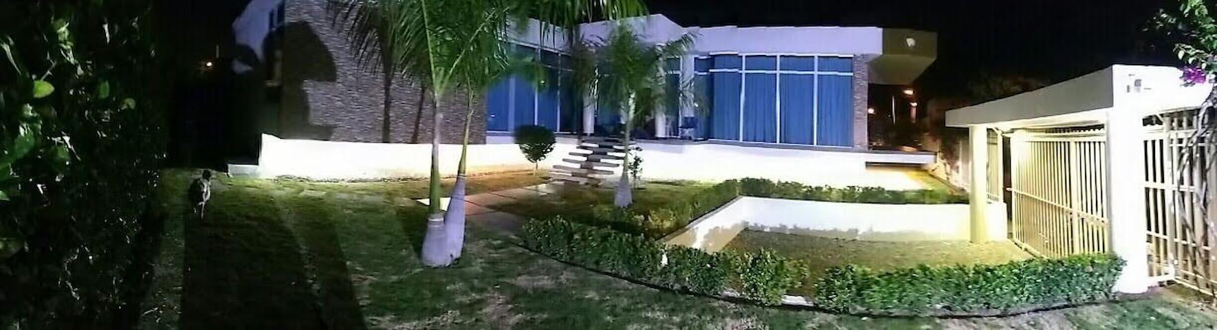 Habitación 5m aeropuerto y 10m a la playa.