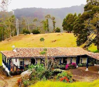 Casa ecoturistica con rio y vista a las montañas