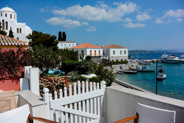 3-level seaside stone house at Old harbour - Spetses - Haus