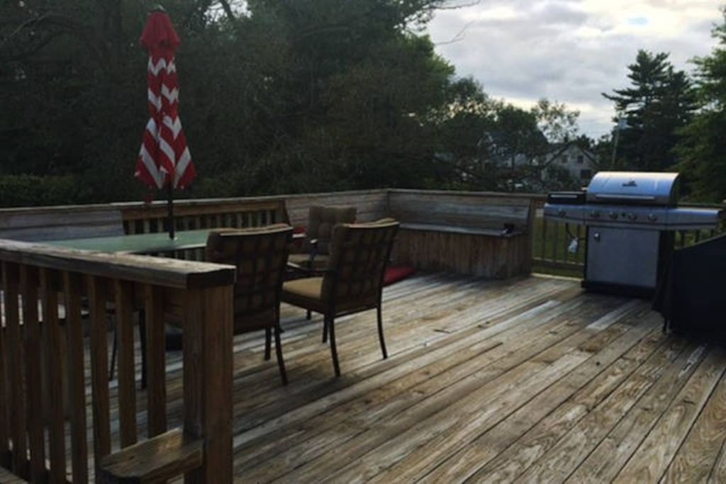 Front deck. Grill and tables/chairs.
