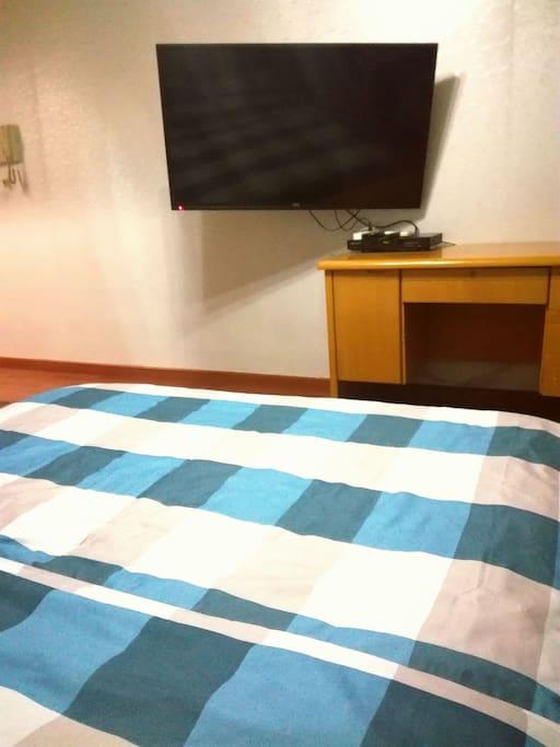 床上视角,电视是活动挂架哦,可以前后左右移动的