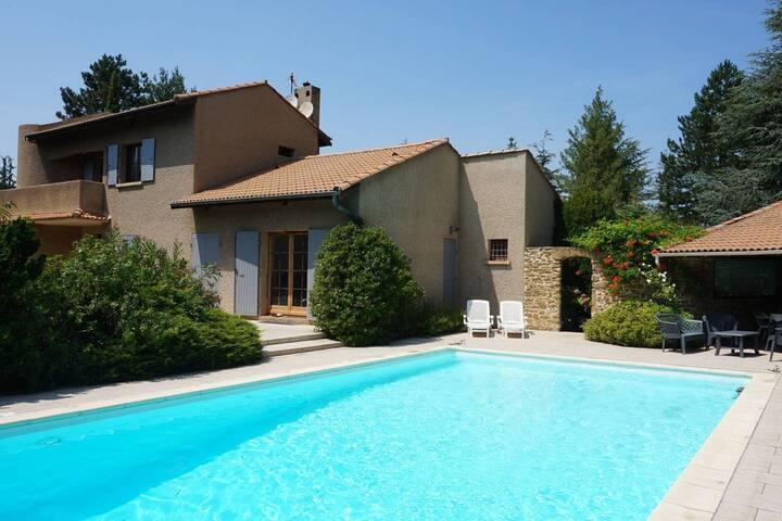 Grande villa au coeur d'un parc  avec piscine