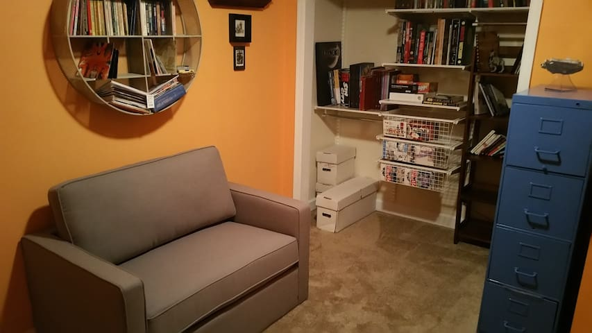 A library/guest bedroom in a welcoming home - Arlington - Σπίτι