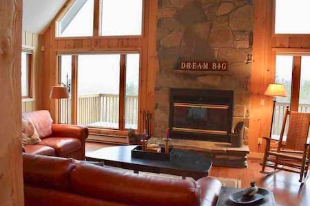 Charming Secluded House with a View - Min to Ski