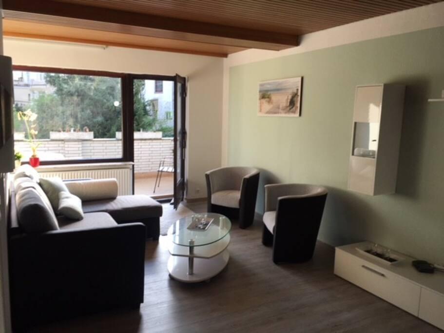 Wohnzimmer mit Blick auf Balkon