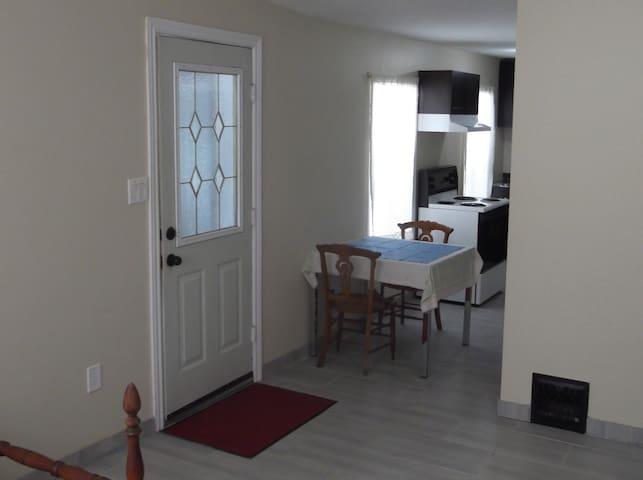 Large, Bright, Quiet Bachelor Suite - Ottawa - Apartemen