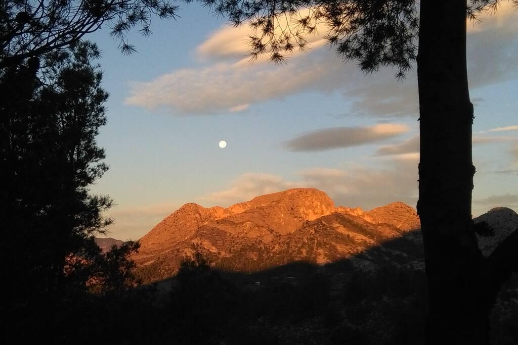 Devant Puig Natura, le jour se lève sur les montagnes de Finestrat mais la lune ne veut pas céder sa place...