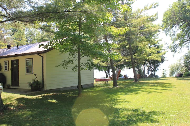 Family Cottage steps away from Lake Simcoe Brechin