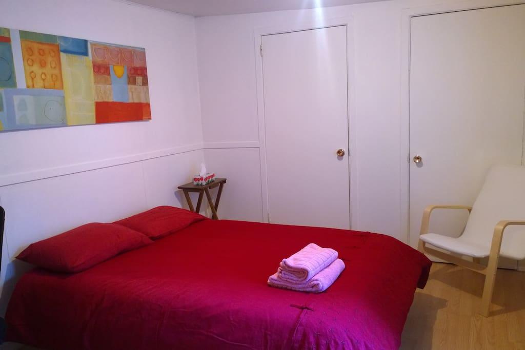 Dans cette chambre se trouve un lit double. On y trouve aussi serviette, bouchons d'oreille, oreiller et couverture supplémentaires/In this room, there's a double size bed. There's also towel, ear plugs, an extra pillow and a extra blanket