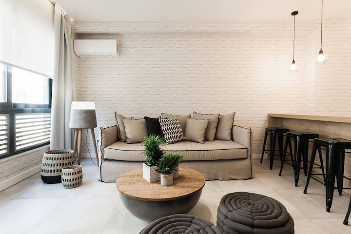 Designer Apartment - stroll to the Acropolis.