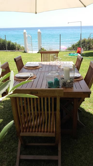 Garden dinning table seats 6-10 people (extentible)