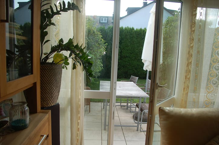 Schönes geräumiges Zimmer nahe Wald und Messestadt - München - House