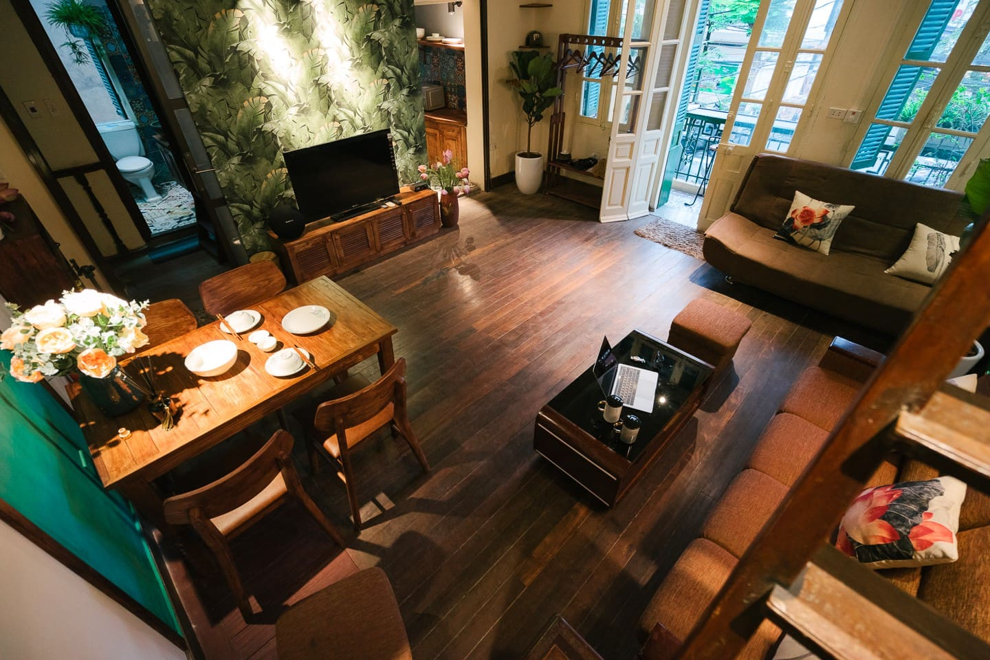 Large living room with exquisite design and full of equipment. Original floors with precious ancient ironwood from the French colonial period.