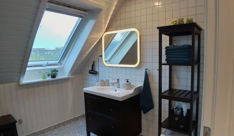 Stor lejlighed med nyt badeværelse, tæt på Boxen