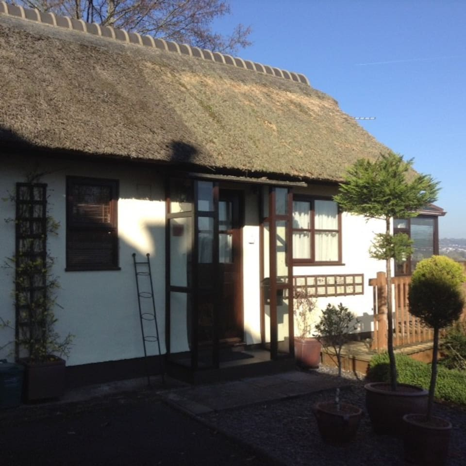 Thatched studio apartment with conservatory and large balcony - private entrance