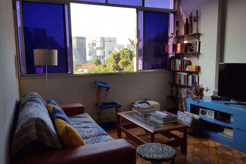 A sala, com vista para a cidade.