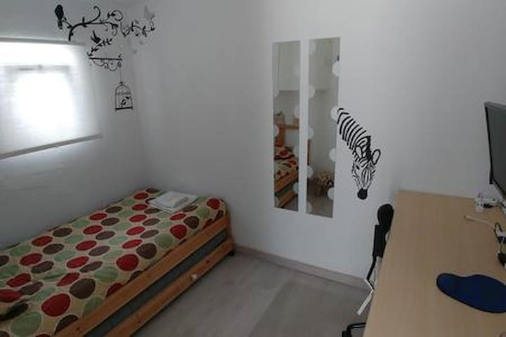 Small bedroom with 2 single beds