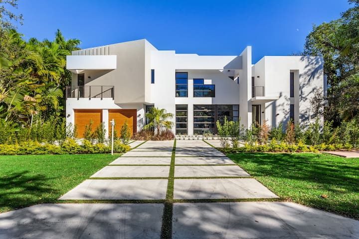 State-of-the-art home in prestigious Coral Gables