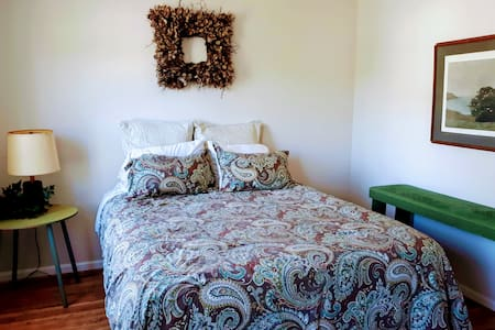 Lovely townhouse guest room in Woodlake community