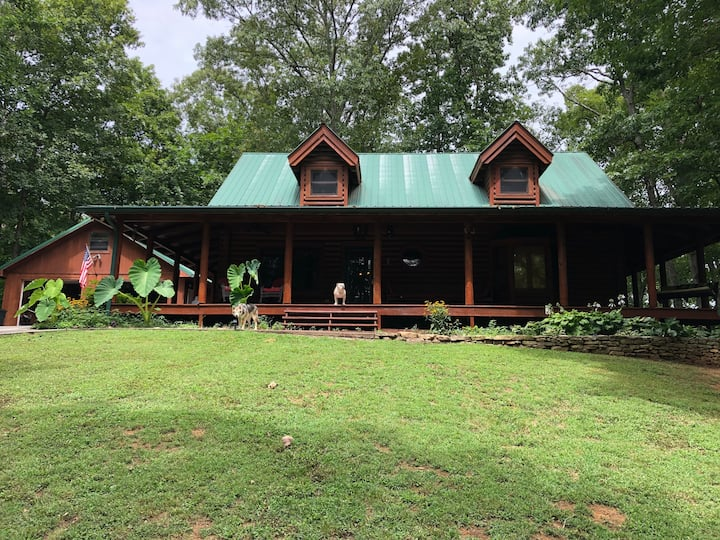 Beautiful luxury private cabin by the TN river.