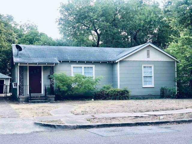 *Deep in the Heart of Waco Home / 3BR*