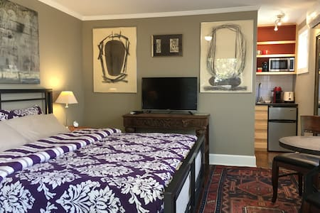 Uptown Mini Suite, private entrance w/Magic Garden - St. Augustine