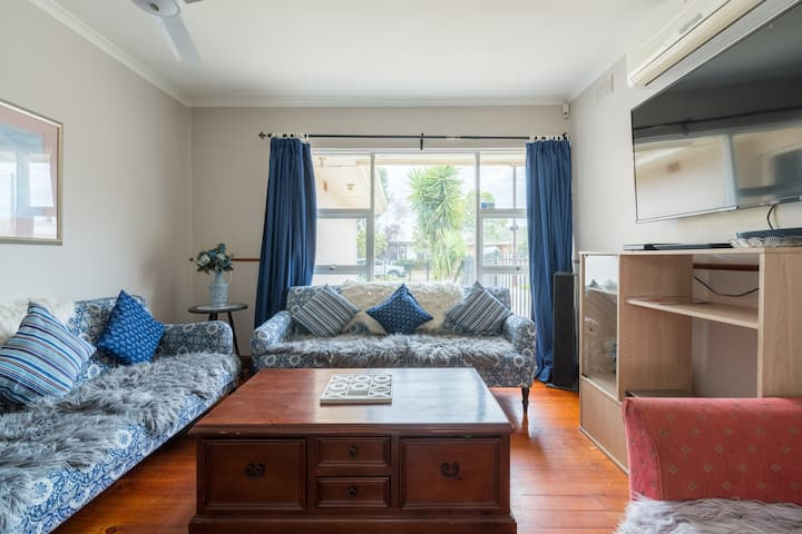 10 min to Oval/CBD 4bedrm 2bath pet friendly, wifi