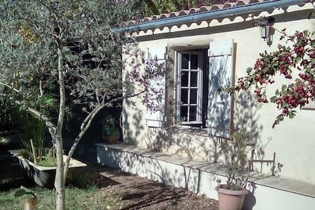 Joli cabanon en provence - Robion - Maan sisään rakennettu talo