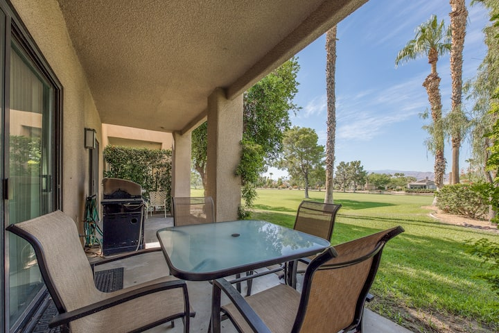Cozy condo overlooking the golf course w/ a shared pool & spa