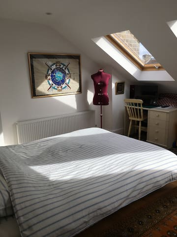 Spacious & light loft room with private bathroom - Londyn - Dom