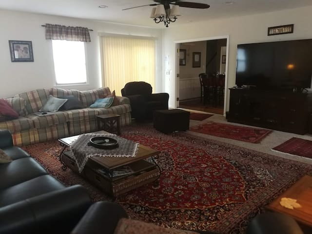 COMFY UPSTAIRS ROOM / Near REGENT UNIVERSITY/ I-64