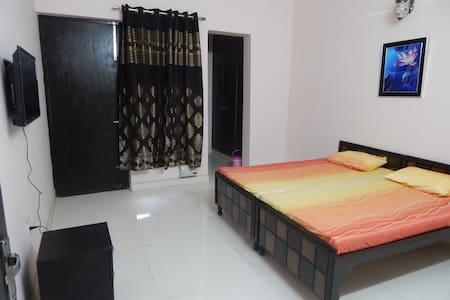 Spacious AC Room, near surajkund/mathura Rd, Delhi