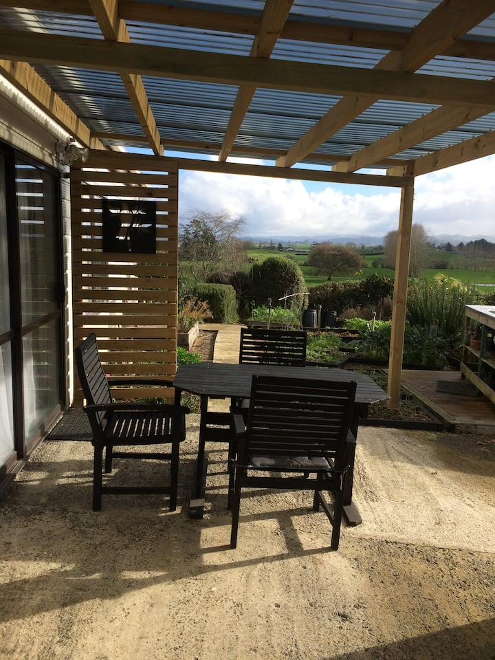 Tui Cottage -Modern two bedroom. Great views