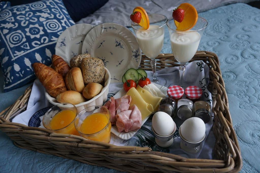 Kamerprijs is inclusief een simpel ontbijt. Voor een heerlijk uitgebreid ontbijt als op de foto reken ik €12,50 per persoon, contant af te rekenen.