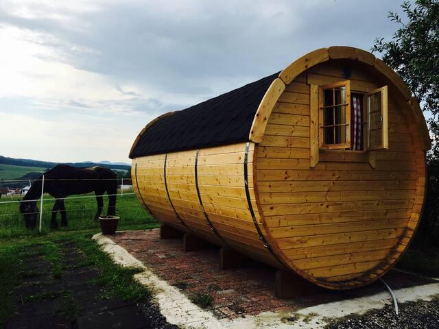 Schlaffass auf dem Bio-Bauernhof, Natur in Hessen