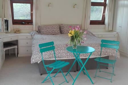 Big ensuite room, comfy kingsize bed,terrace&views