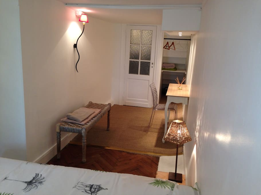 belle chambre quartier lescure art deco bordeaux bed and breakfasts for rent in bordeaux. Black Bedroom Furniture Sets. Home Design Ideas