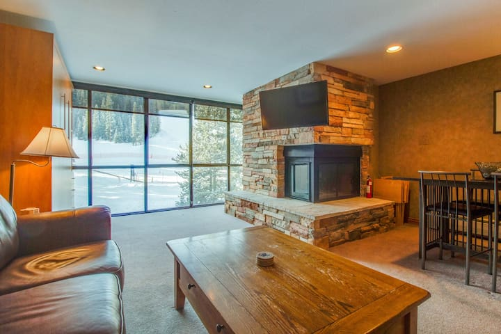 Ski-in / ski-out upscale condo with shared pool & mountain view - close to lifts