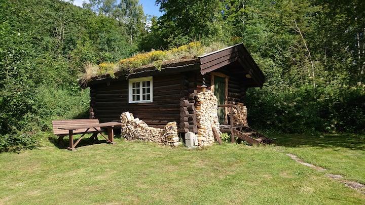 Enkel hytte med tilgang til eget bad.