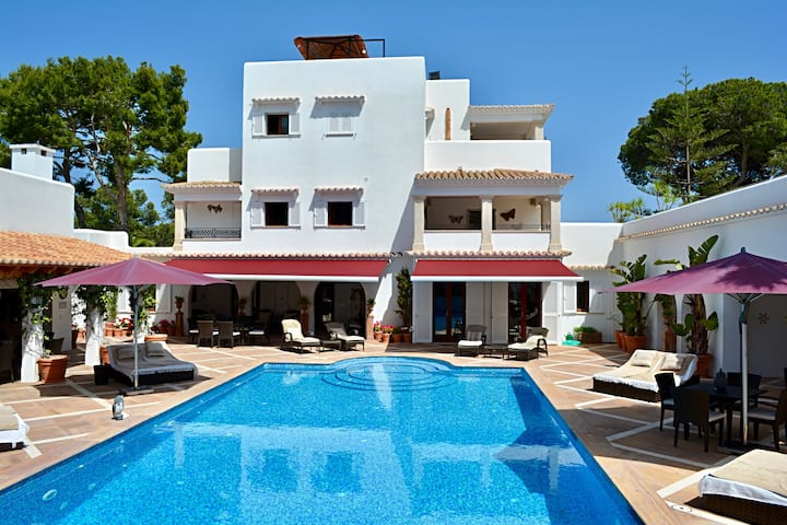 Luxry Villa in own grounds: heated pool, sea views