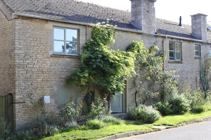 Light, spacious cottage in Cotswold village